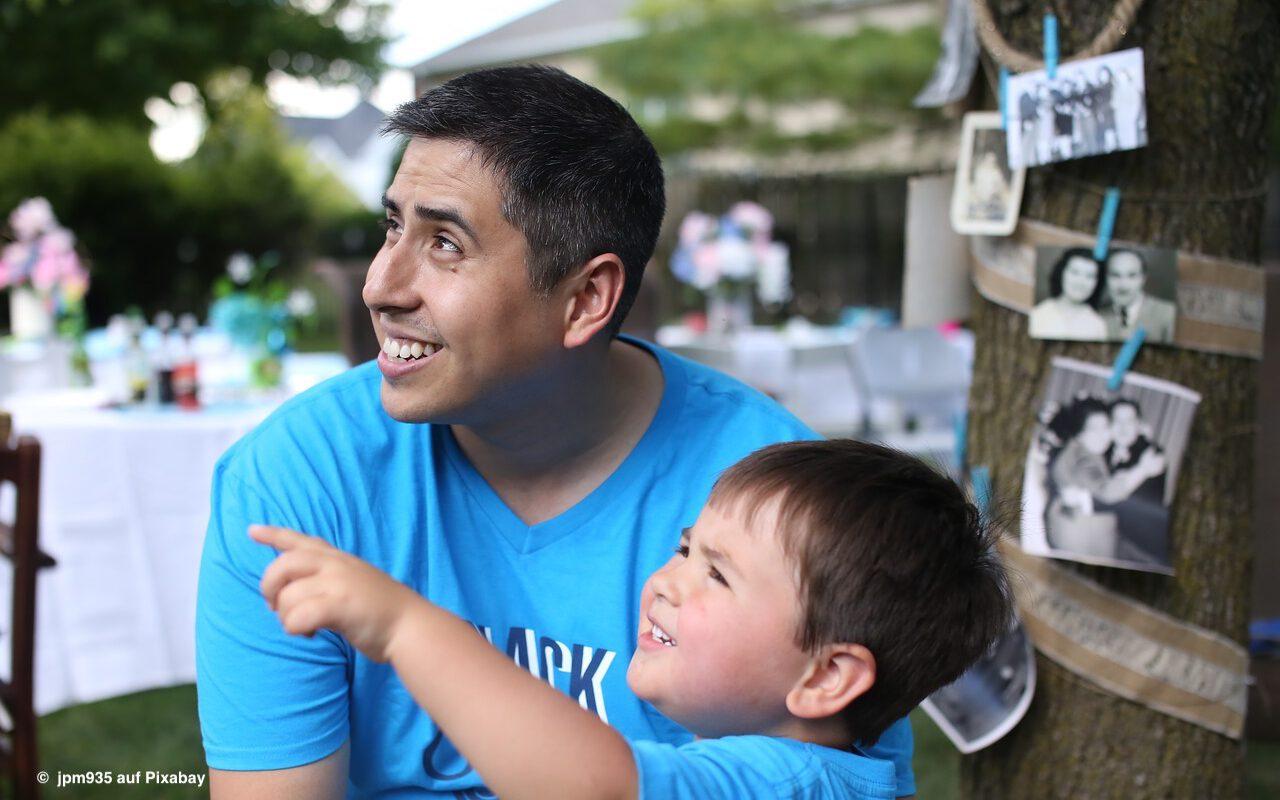 Väter und Kinder beim Spielen auf gleicher Wellenlänge