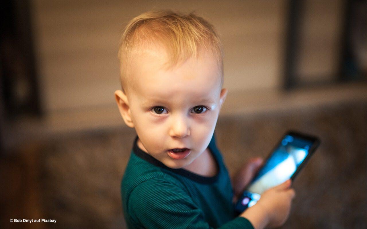 Kleinkinder nicht an den Bildschirm!